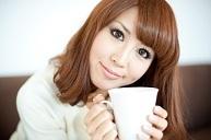 女性コーヒーを持つ.jpg